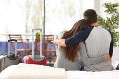 Couples des touristes appréciant dans la chambre d'hôtel Photos libres de droits