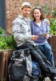 Couples des touristes attirants à l'aide du comprimé pendant une pause images stock
