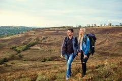 Couples des touristes avec des sacs à dos sur la nature Image libre de droits