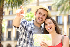 Couples des touristes consultant une carte de guide Photo stock