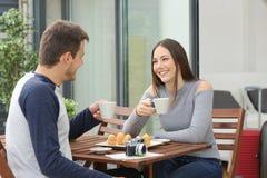 Couples des touristes détendant à la chambre d'hôtel Images libres de droits