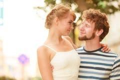 Couples des touristes faisant le tour dans la rue de ville Photos libres de droits