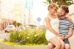 Couples des touristes faisant le tour dans la rue de ville Image libre de droits
