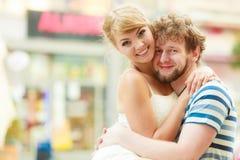 Couples des touristes faisant le tour dans la rue de ville Photographie stock