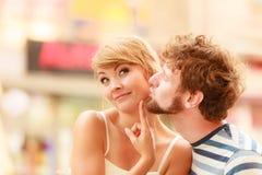 Couples des touristes faisant le tour dans la rue de ville Image stock