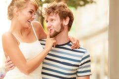 Couples des touristes faisant le tour dans la rue de ville Images libres de droits