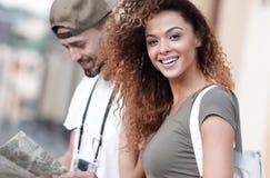 Couples des touristes faisant un tour dans une rue de ville dans un jour ensoleillé Image libre de droits