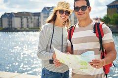 Couples des touristes heureux des vacances d'été Photo stock