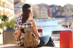 Couples des touristes observant la destination de vacances Image libre de droits