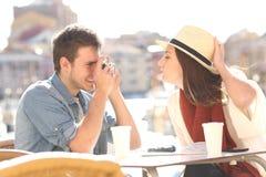 Couples des touristes plaisantant et photographiant Image stock