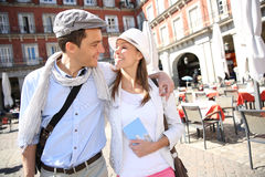 Couples des touristes voyageant en Europe Image stock