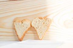 Couples des tranches de pain sous forme de coeurs Photographie stock libre de droits
