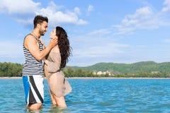 Couples des vacances d'été de plage, beaux jeunes heureux dans l'embrassement de sourire d'amour, d'homme et de femme Image libre de droits