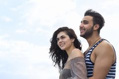 Couples des vacances d'été de plage, beaux jeunes heureux dans le sourire d'amour, d'homme et de femme Image libre de droits