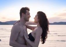 Couples des vacances d'été de plage, beaux jeunes heureux dans le sourire d'amour, d'homme et de femme Images stock