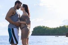 Couples des vacances d'été de plage, beaux jeunes heureux dans le sourire d'amour, d'homme et de femme tenant des mains Images stock