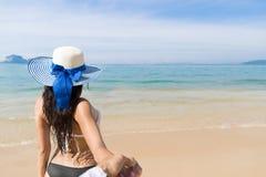 Couples des vacances d'été de plage, les jeunes dans l'amour marchant, femme tenant l'océan de mer de main d'homme Photographie stock libre de droits