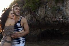 Couples des vacances d'été de plage de roche, beaux jeunes heureux dans le sourire d'amour, d'homme et de femme tenant des mains Images libres de droits