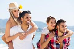 Couples des vacances d'été romantiques Photographie stock