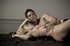 Couples des vacances de plage rétro Images libres de droits