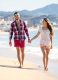 Couples des vacances marchant sur la plage Image libre de droits