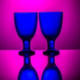 Couples des verres bleus sur un fond rose Photographie stock libre de droits