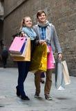 Couples des voyageurs avec des paniers Image libre de droits