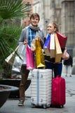 Couples des voyageurs avec des paniers Images libres de droits