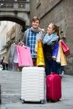 Couples des voyageurs avec des paniers Photographie stock libre de droits