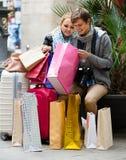 Couples des voyageurs avec des paniers Photo stock