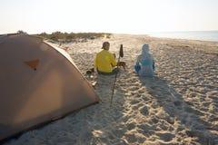 Couples des voyageurs buvant du café à côté de la tente Photo stock