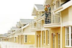 Couples devant la maison unifamiliale photo stock