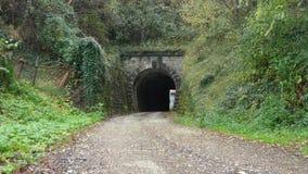 Couples devant le tunnel