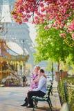 Couples devant Tour Eiffel une journée de printemps à Paris, France Image libre de droits