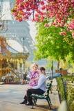 Couples devant Tour Eiffel une journée de printemps à Paris, France Photographie stock libre de droits