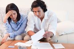 Couples diminués au sujet des problèmes financiers Photo libre de droits