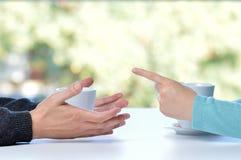 Couples discutant à la maison image stock