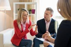 Couples discutant au cours de la réunion de conseiller photo stock