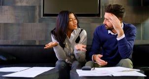 Couples discutant au-dessus de l'accord dans le bureau 4k clips vidéos
