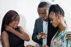 Couples discutant avec la vendeuse photos stock