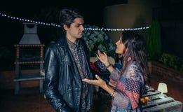 Couples discutant ayant une querelle dans la partie de nuit Photos stock