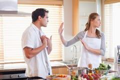 Couples discutant dans la cuisine Images stock