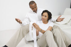 Couples discutant des finances Image stock