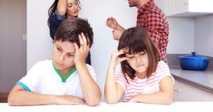 Couples discutant devant des enfants banque de vidéos