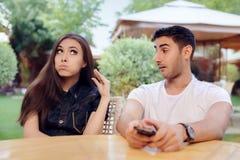 Couples discutant une date à un restaurant Image stock