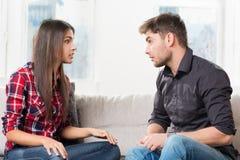 Couples disputés dans leur salon images stock