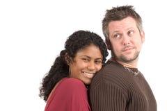 Couples divers ; elle s'appuie sur le sien en arrière photographie stock libre de droits