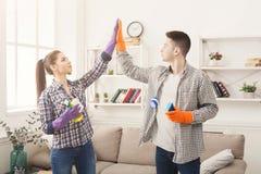 Couples donnant l'équipement se tenant entre eux du nettoyage cinq Photos stock