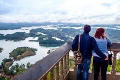 Couples donnant sur la belle vue aérienne de Photos libres de droits