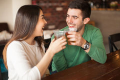 Couples donnant un pain grillé avec de la bière Photographie stock